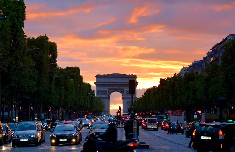 A view of Champs-Élysées street filled with lots of traffic